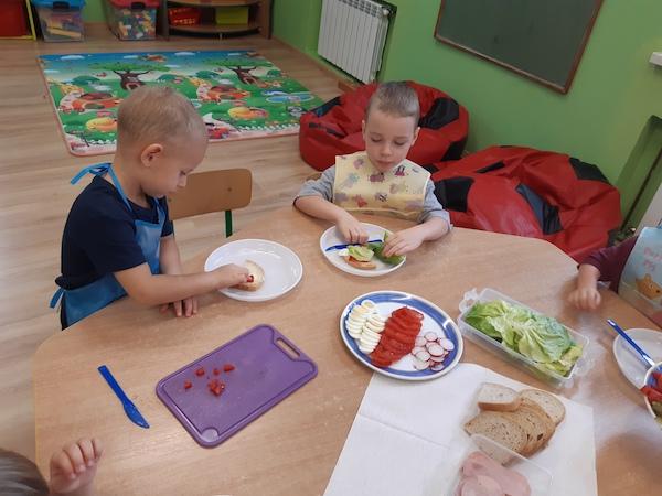 Przedszkolaki robią zdrowe kanapeczki